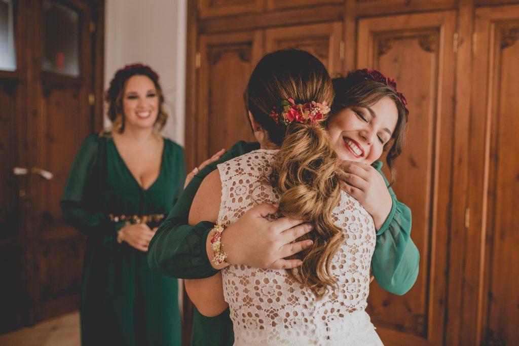 Fotografía de boda novia abrazando a sus mejores amigas