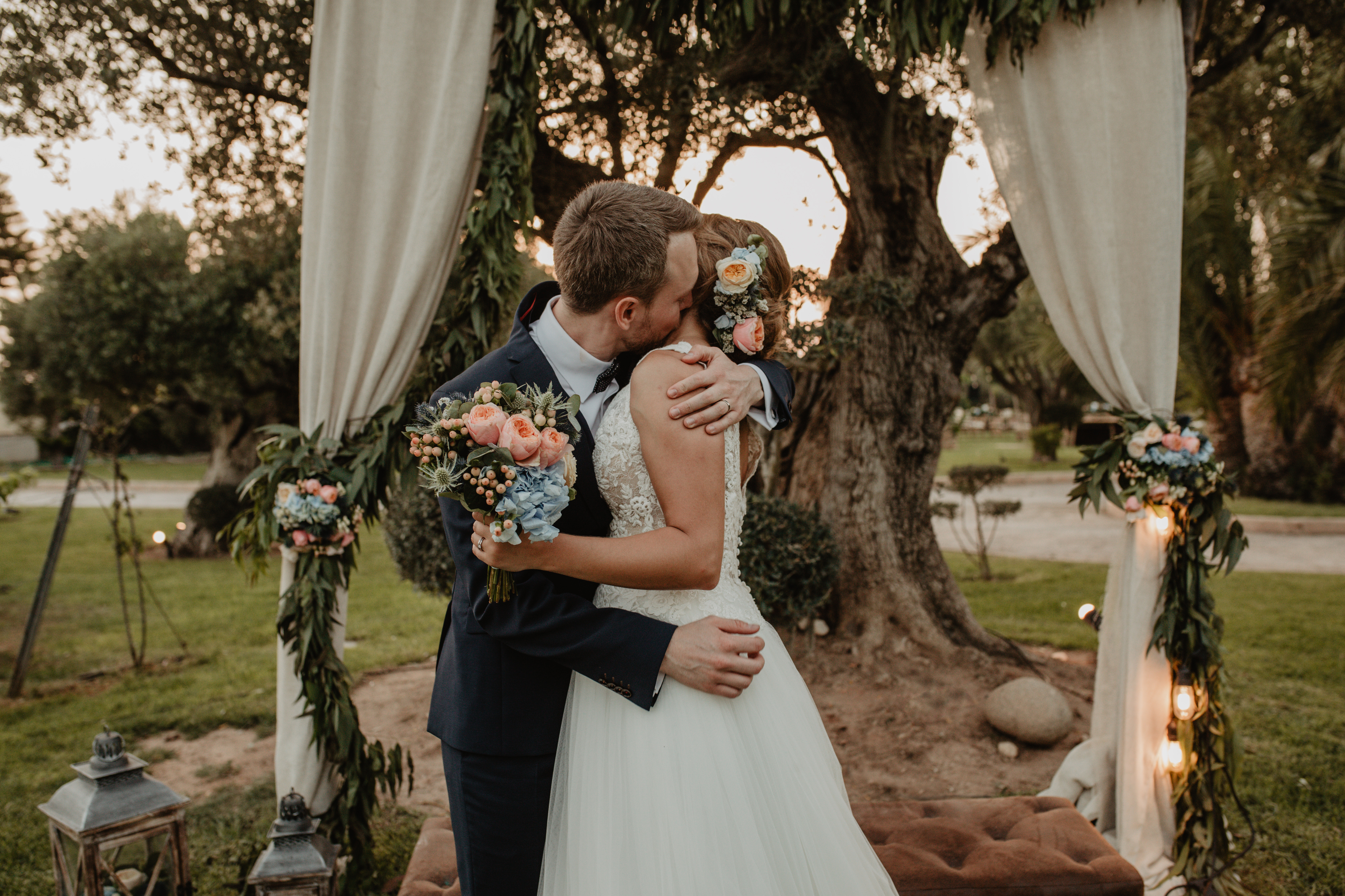 Fotografía de boda pareja besandose en jardín