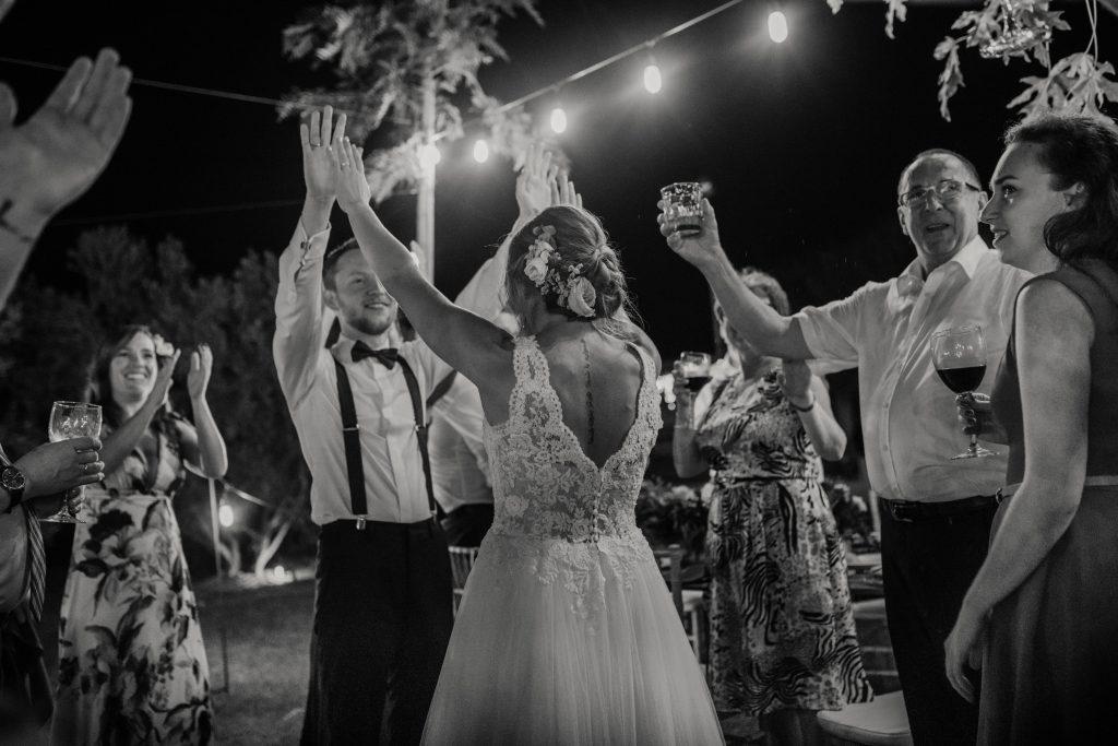 Fotografía de boda pareja celebrando con sus familiares