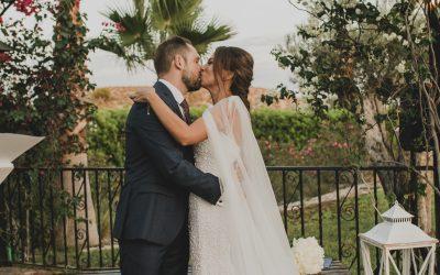 Fotografía de boda pareja en altar besándose